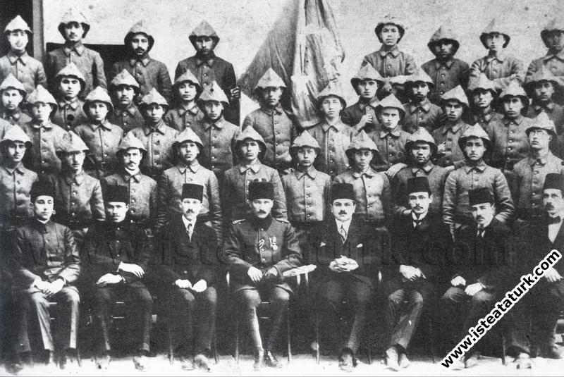 Mustafa Kemal'in Savaş Alanı Dışında İlk Defa Halkla Tanışması