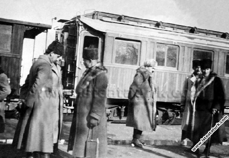 Başkomutan Mustafa Kemal Afyon Çay'da, I. Ordu Komutanı Ali İhsan (Sabis) Paşa'yla. (14.03.1922)