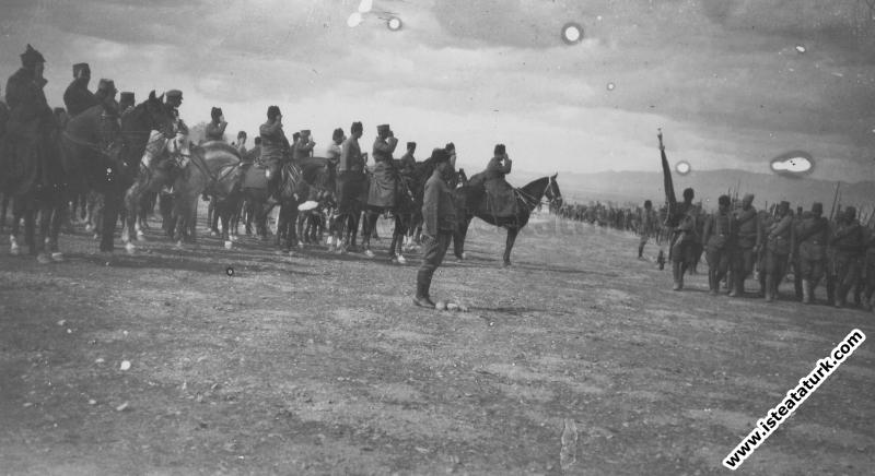 Başkomutan Gazi Mustafa Kemal Paşa, Ilgın Manevraları'nda Büyük Taarruz öncesi ordunun hazırlıklarını denetliyor. (01.04.1922)