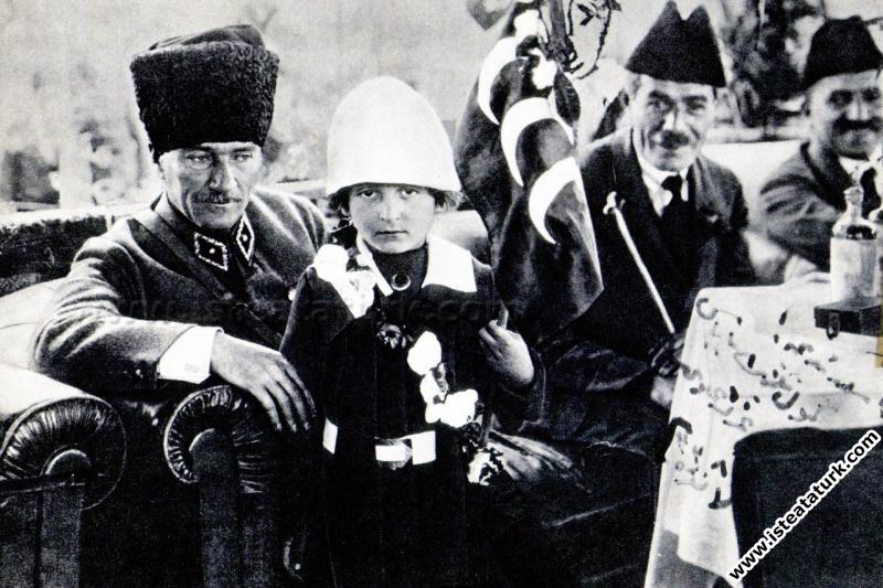 T.B.M.M.'nin II. Açılış Yıldönümünde Malatya Milletvekili Sıtkı Gür'ün kızı Nuriye (İdil) ile. (23.04.1922)