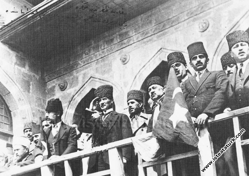Mustafa Kemal, Meclis balkonundan askerleri selamlarken. (28.05.1922)