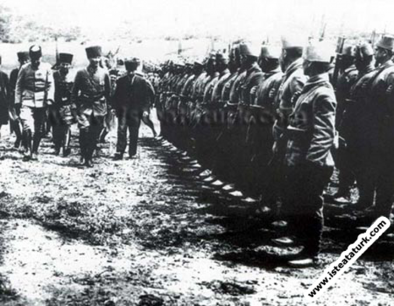Mustafa Kemal Paşa Büyük Taarruz öncesi Geyve Boğazı, Karaçam'da denetimde. (17.06.1922)
