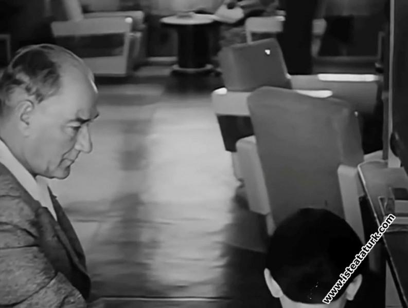 Mustafa Kemal Atatürk Manevi Kızı Ülkü'ye Okuma Yazma Öğretirken