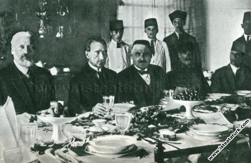 Fransız diplomat Claude Farrere ve Mareşal Gazi Mustafa Kemal Paşa İzmit'te beraberler. (19.06.1922)
