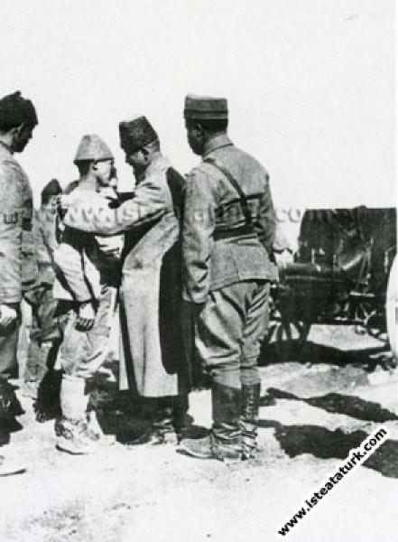 Mustafa Kemal Paşa'nın Akşehir'de Batı Cephesi Karargahı'nda denetlemelerde bulunması. (23.07.1922)