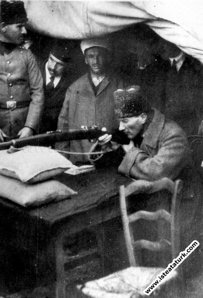Başkomutan Mustafa Kemal, Büyük Taarruz'dan önce poligonda mavzerle ateş talimi yaparken. (08.1922)