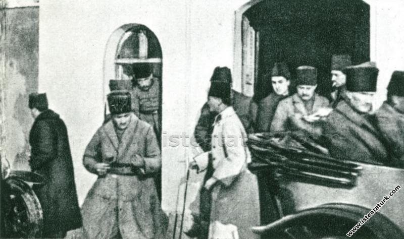 Başkomutan Mustafa Kemal, İzmit Hükümet Konağı'nda...