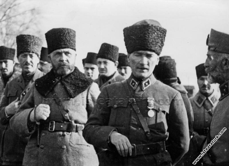 Başkomutan Mustafa Kemal, beraberindeki komutanlar...