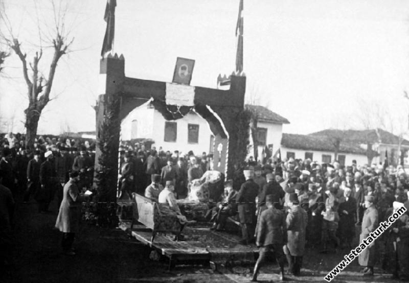 Başkomutan Mustafa Kemal Paşa, Turgutlu'da bir İra...