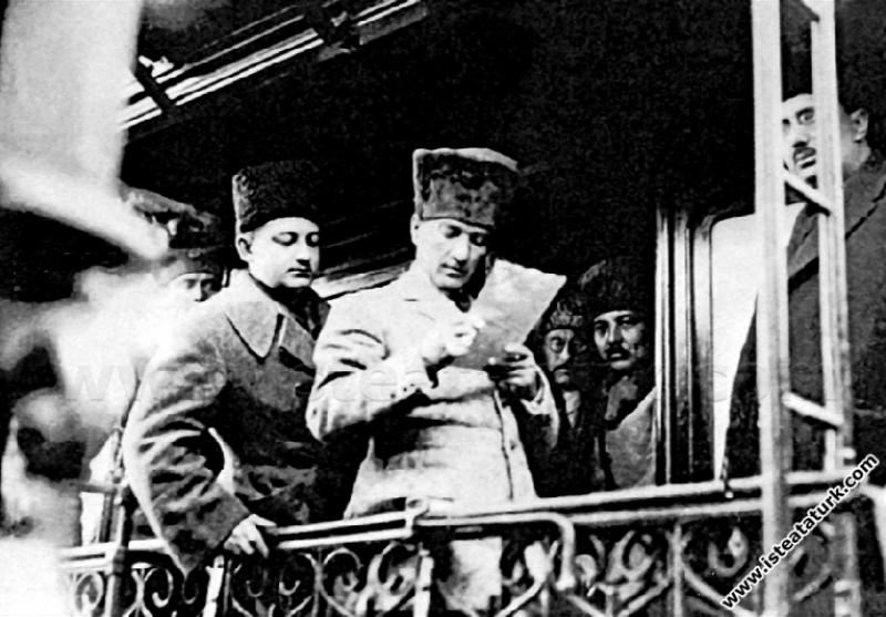 Başkomutan Mustafa Kemal Paşa, annesi Zübeyde Hanı...