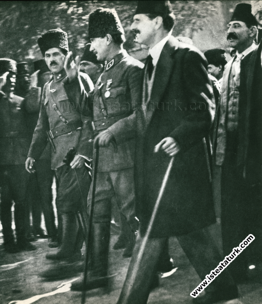 Büyük Taarruz'a yaklaşılan o günlerde kendilerini karşılayan Ankara'lılara Kazım Özalp ve Dr. Adnan Adıvar'la birlikte selam veriyor. (1922)