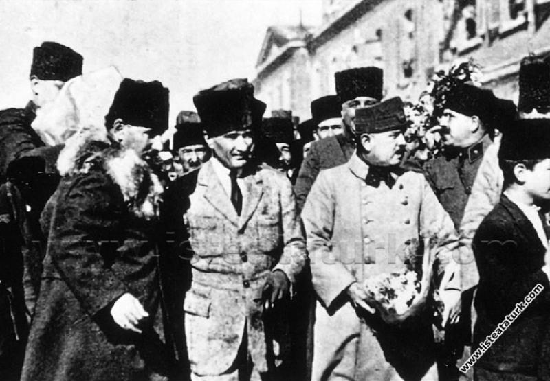 Başkomutan Mustafa Kemal, annesi Zübeyde Hanım'ın mezarını ziyaret  etmek için  geldiği, İzmir Karşıyaka İstasyonu'ndan ayrılırken. (27.01.1923)