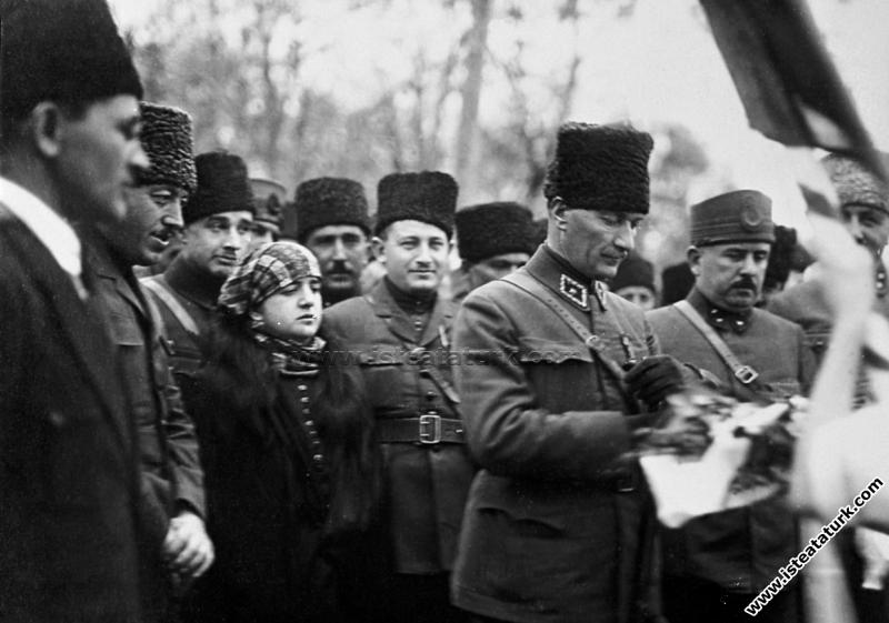Başkomutan Mustafa Kemal Paşa, Akhisar'da Latife Hanım ve Kazım Karabekir Paşa ile birlikte. (05.02.1923)