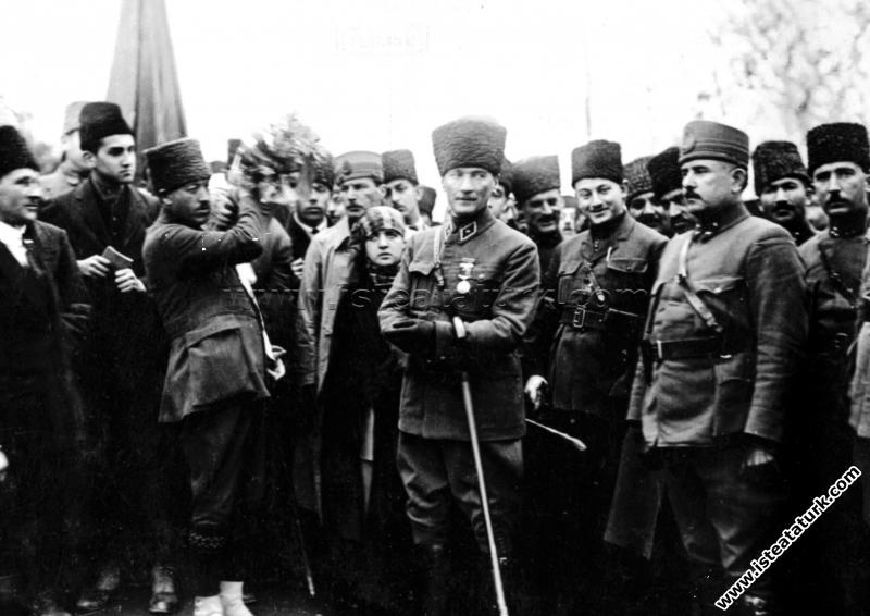 Başkomutan Mustafa Kemal Paşa, Akhisar Manisa'da halk ile birlikte, kendisine çiçek buketleri verilirken. (05.02.1923)