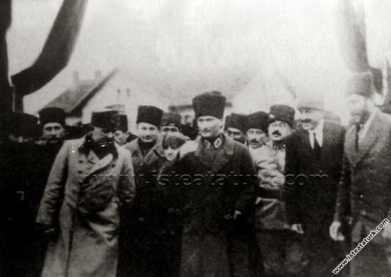 Başkomutan Mustafa Kemal Paşa'nın Balıkesir'e ilk gelişinde, eşi Latife Hanım'la birlikte karşılanışı. (06.02.1923)
