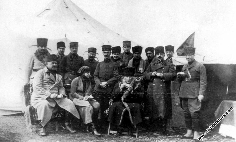 Başkomutan Mustafa Kemal Paşa Edremit yolu üzerind...
