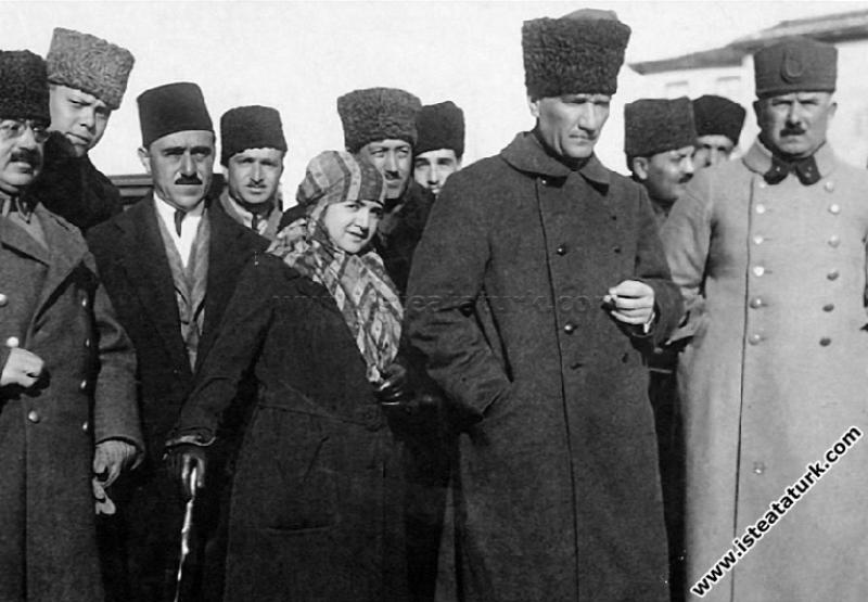 Başkomutan Mustafa Kemal Paşa, Edremit'te. Yanında eşi Latife Hanım ve Kazım Karabekir Paşa bulunmaktadır. (09.02.1923)