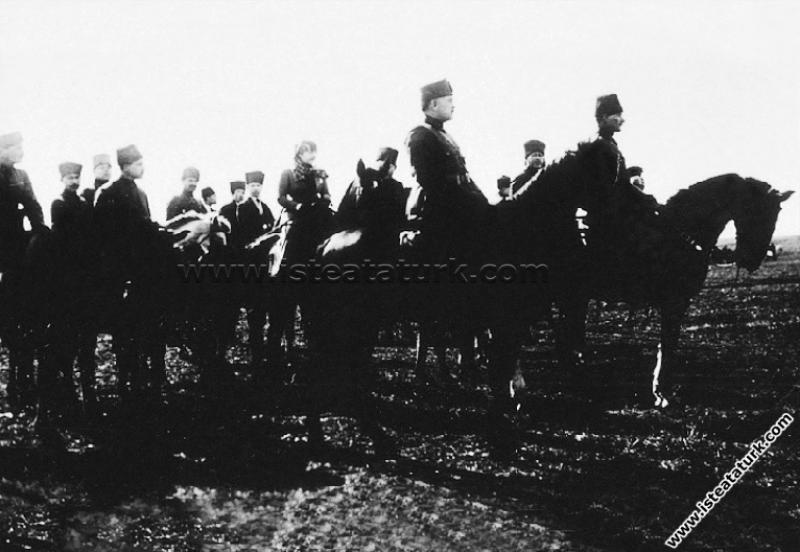 Başkomutan Mustafa Kemal Paşa, Akhisar Çiftlik İstasyonu civarında yapılan Süvari Kolordusu Tatbikatı'nda. (4 Şubat 1923)