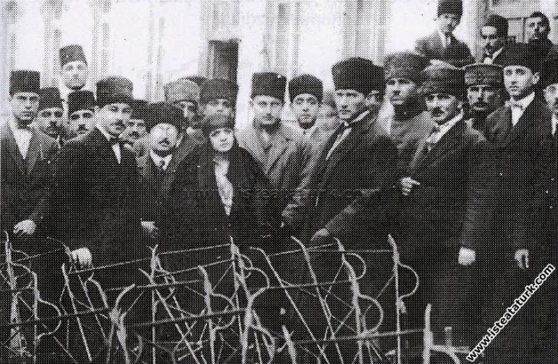 Mustafa Kemal Paşa'nın, İzmir Sanatlar Mektebi'ni ...