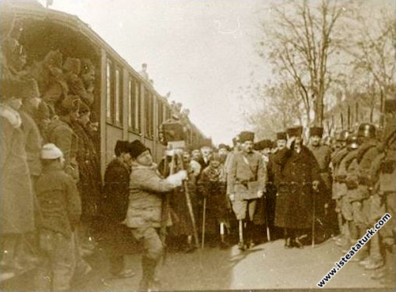 Başkomutan Mustafa Kemal Paşa, Uşak'ta istasyonda....