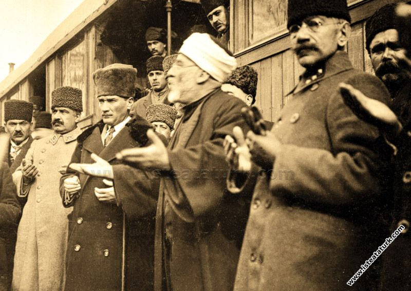 Gazi Mustafa Kemal Paşa, Uşak'ta Ordu komutanları ...