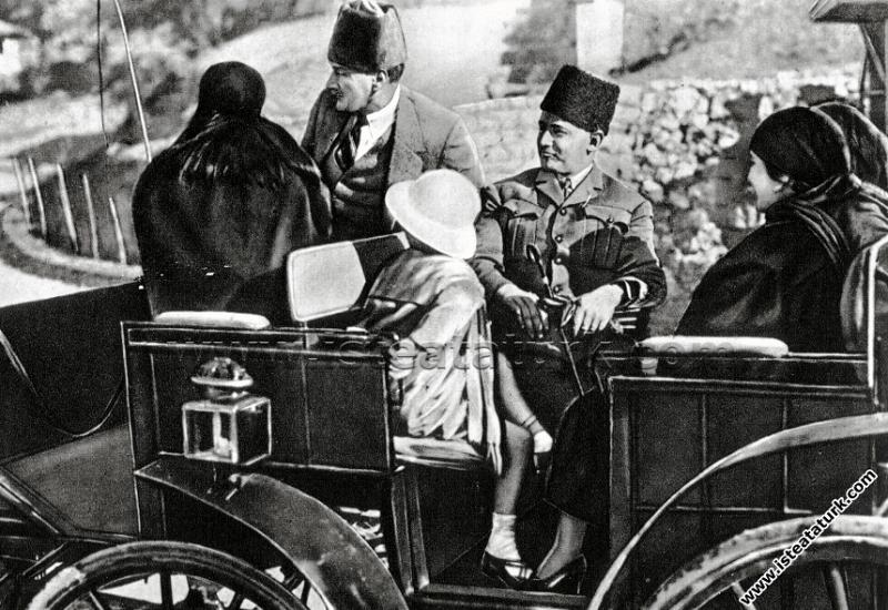 Gazi Mustafa Kemal Paşa Çankaya'da, bir gezintiye çıkarken Ankara. (02.03.1923)