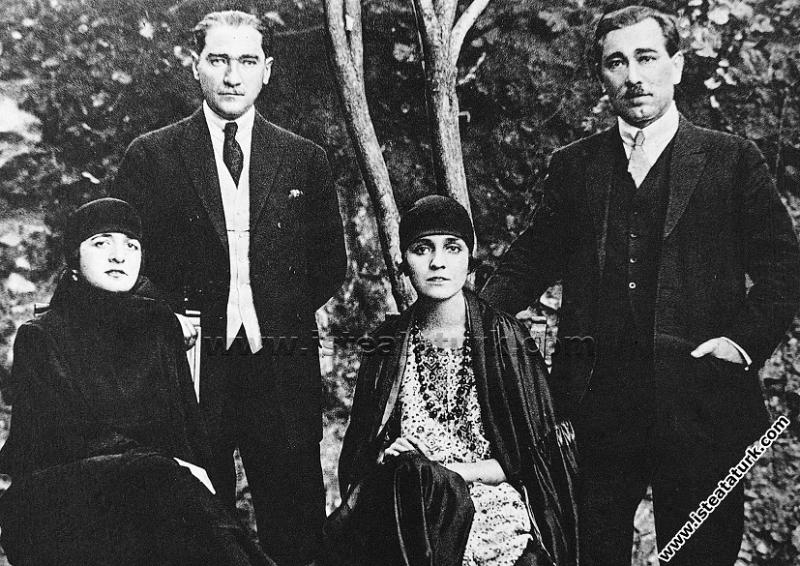 Çankaya Köşkü'nün bahçesinde Atatürk'ün eşi Latife...