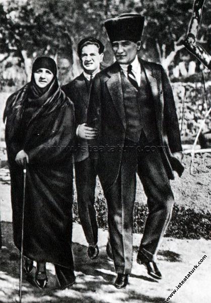 Çankaya Köşk'ü bahçesinde Latife Hanım'la birlikte...