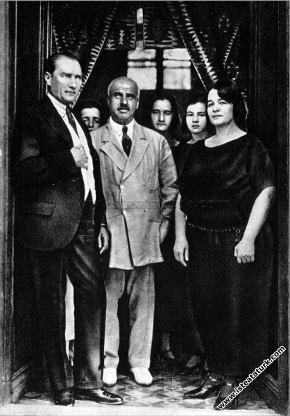 Gazi Mustafa Kemal Paşa, Latife Hanım'ın ailesiyle...