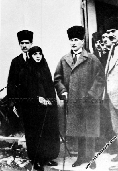 Mustafa Kemal Paşa eşi Latife Hanım'la Adana'da. (...
