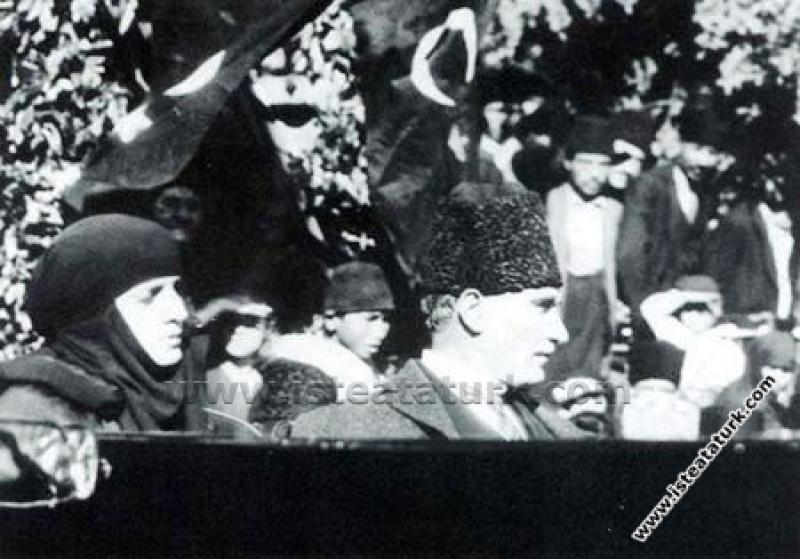 Gazi Mustafa Kemal Paşa Adana'da Eşi Latife Hanım'...