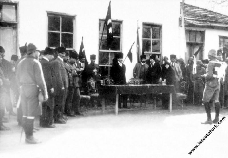 Gazi Mustafa Kemal Paşa, Adana Lisesi'nde izcileri...