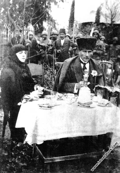 Gazi Mustafa Kemal Paşa, Tarsus'ta Çağlayan Bahçesi'nde Latife Hanım'la  birlikte. (18.03.1923) | İşte Atatürk | Atatürk Hakkında Bilmek İstediğiniz  Herşey