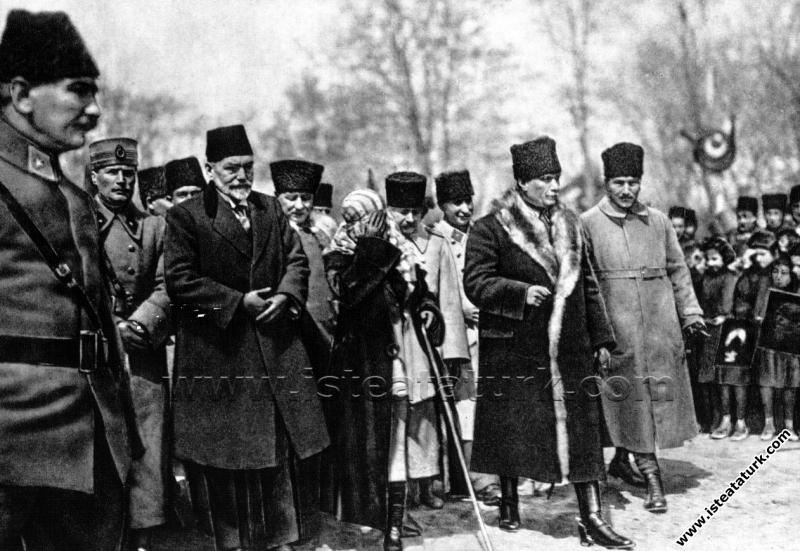Gazi Mustafa Kemal Paşa, ve eşi Latife Hanım Konya...