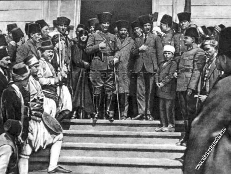 Gazi Mustafa Kemal Paşa, Afyon Belediyesi önünde A...