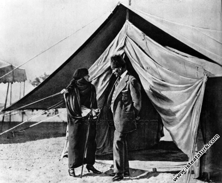 Mustafa Kemal ve Eşi Latife Hanım çadır önünde sohbet ederken. (07.1923)