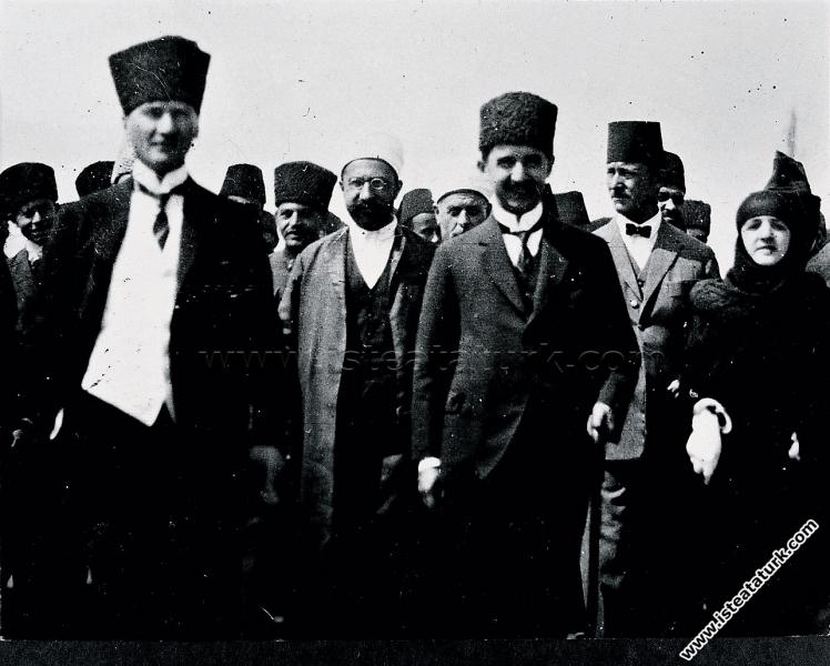 Lozan'ı imzalayan İsmet İnönü'yü Ankara'da karşıla...