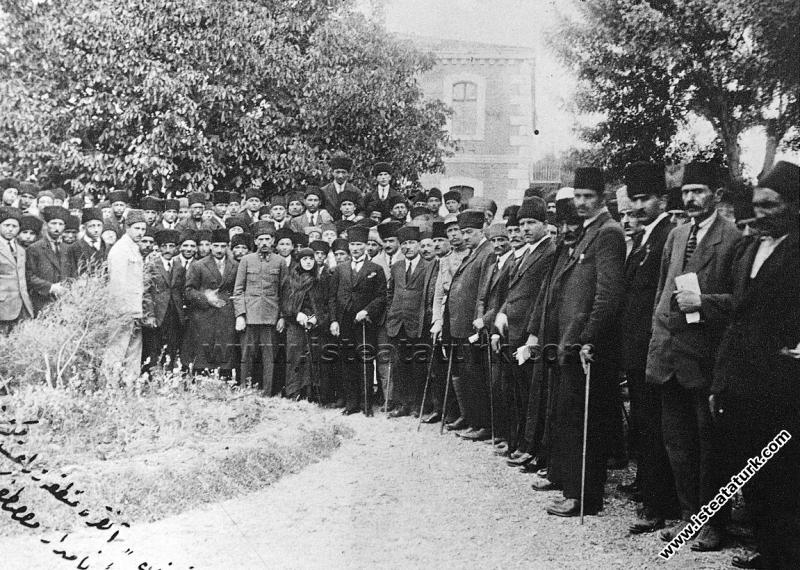 Ankara Ziraat Mektebi'nde açılan sergiyi eşiyle birlikte ziyaret ederken. (1923)