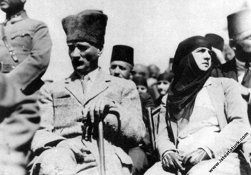 Cumhurbaşkanı Gazi Mustafa Kemal, Dumlupınar'da Me...
