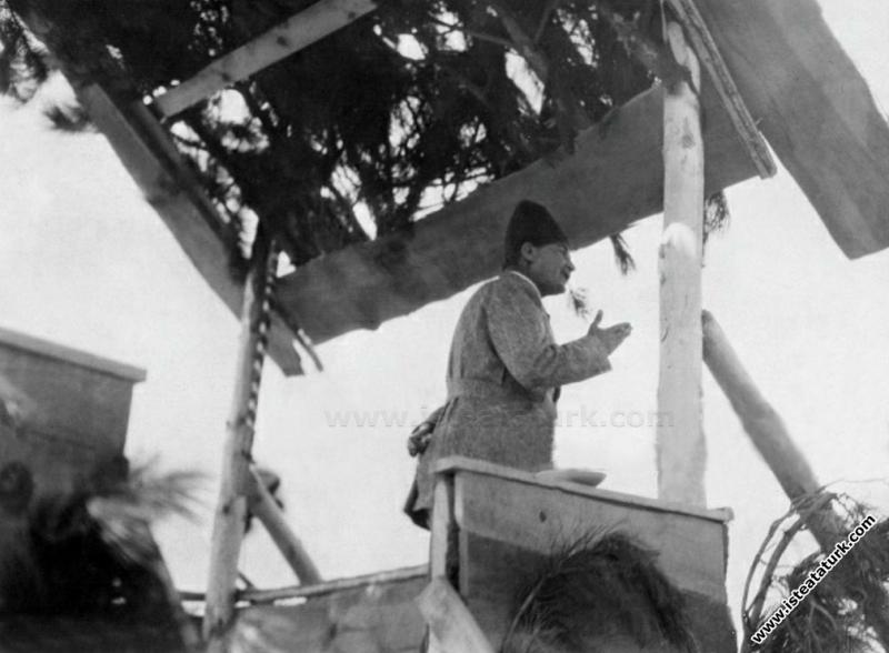 Cumhurbaşkanı Gazi Mustafa Kemal, Dumlupınar'da Meçhul Asker Anıtı'nın temel atma töreninde konuşma yaparken. (30.08.1924)