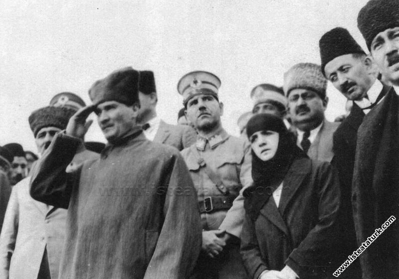 Cumhurbaşkanı Gazi Mustafa Kemal, Dumlupınar Anıtı'nın temel atma töreninde. (30.08.1924)