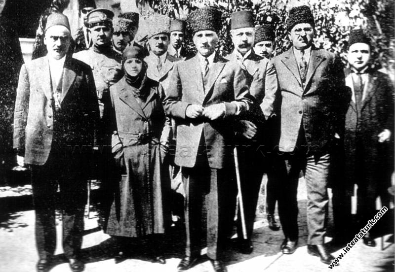 Cumhurbaşkanı Gazi Mustafa Kemal ve eşi Latife Hanım Trabzon'da gezi sırasında. (15.09.1924)