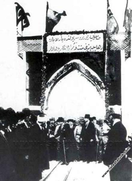 Halk Hamidiye Zırhlısı ile Samsun'a gelen Cumhurbaşkanı'nı selamlıyor. (20.09.1924)