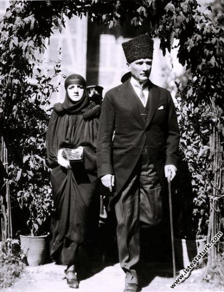 Mustafa Kemal Paşa, eşi Latife Hanım'la birlikte S...