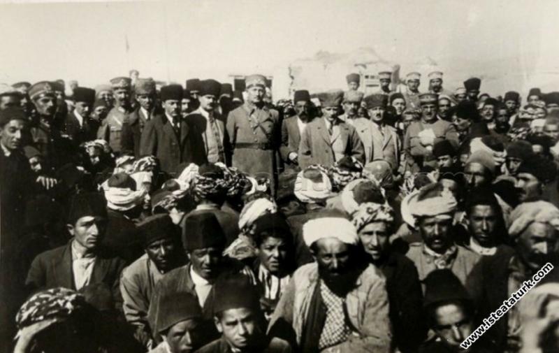 Erzurum Hasankale'de (Pasinler) vatandaşlar arasında. (02.10.1924)