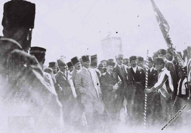 Mustafa Kemal Paşa'nın Kars'a gelişinde karşılanışı. (06.10.1924)