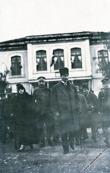 Mustafa Kemal Paşa, Latife Hanım ile birlikte Kayseri'de. (04.10.1924)