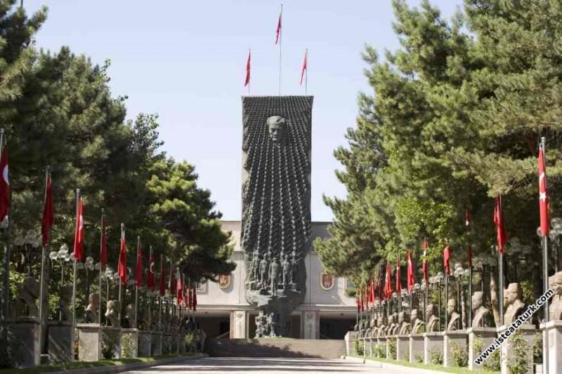 Atatürk ve Harbiyeli Anıtı, Ankara