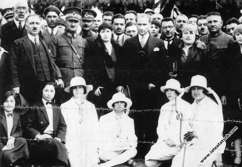 Bilecik Bozüyük'te Çolak İbrahim Bey'in kereste fabrikasını ziyareti sırasında. (20.05.1926)