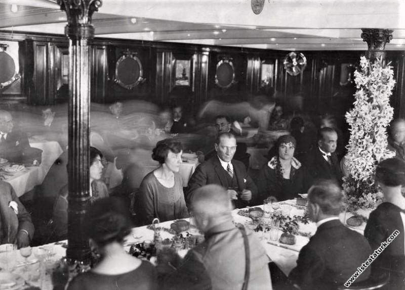 Mustafa Kemal Atatürk, Karadeniz Vapuru'nda öğle yemeğinde, Mudanya. (13.06.1926)